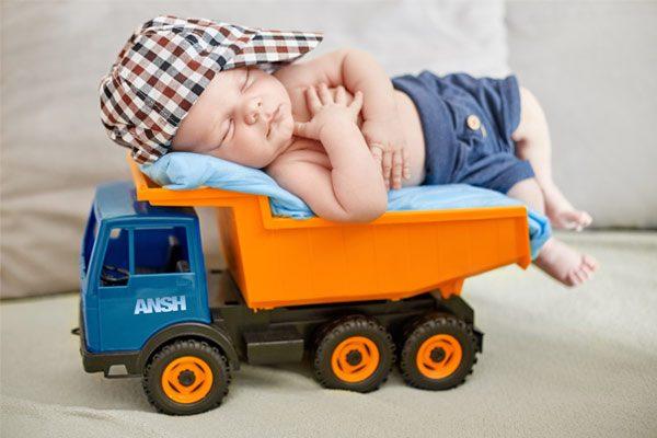 Baby mit Truck