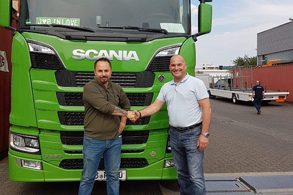 Oliver Pinné gratuliert Bülent Pamuk zum neuen Scania V8