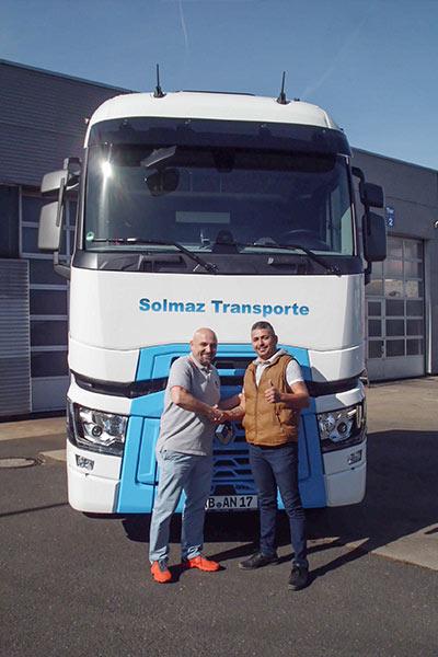 Jörg Sack übergibt Miet-LKW an Solmaz Transporte