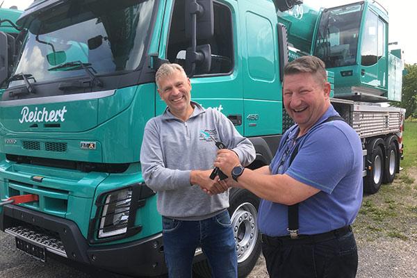 Ulrich Leinweber (Verkaufsberater Volvo Trucks) gratuliert der Firma Reichert zu den beiden neuen Volvos